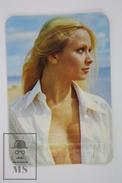 1975 Small/ Pocket Calendar - Sexy Blonde Girl With Open Shirt - Tamaño Pequeño : 1961-70
