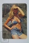 1975 Small/ Pocket Calendar - Sexy Blonde In Short Jeans - Tamaño Pequeño : 1961-70