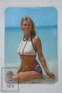 1976 Small/ Pocket Calendar - Sexy Blonde Girl In Bath Suit - Calendarios