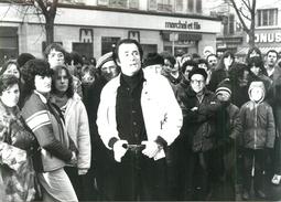Photo (retirage Années 70 ?)  Alain Barrière Dans Une Rue Dans La Foule - Célébrités
