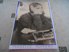 AUTOGRAPHE D'ISABELLE HUPPERT DÉDICACÉ ET AUTHENTIQUE SUR COUPURE DE PRESSE COLLÉE SUR GRD CARTON BRISTOL (voir Descrip) - Autographs