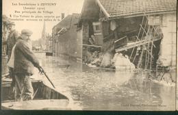Juvigny - Les Inondations  ( Janvier 1910)  Rue  Principale Du Village - Une Voiture De Places Surprise Par L'inondation - Sonstige Gemeinden
