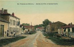 Fresnes-en-Woëvre Entrée De Ville Et Gendarmerie Toisée Colorisée - Other Municipalities