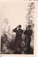 Foto Deutsche Soldaten Mit Fernglas - Duderhofer Höhe Mit Blick A. Petersburg U. Finn. Meerbusen - 1941 - 8*5cm (28395) - Krieg, Militär