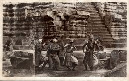 RPPC    CAMBODGE ANGKOR VATH DANSEUSES ROYALES AU PIED D'UN ESCALIER - Cambodia