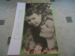 AUTOGRAPHE DE NICOLE GARCIA DÉDICACÉ ET AUTHENTIQUE SUR COUPURE DE PRESSE COLLÉE SUR GRAND CARTON BRISTOL (A4 Voir Desc) - Autographs
