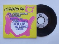 LES RESTOS DU COEUR: Disque Vinyle 45 Tours 1986 - Coluche Goldman Montand Platini Baye Drucker Deneuve - Autres - Musique Française