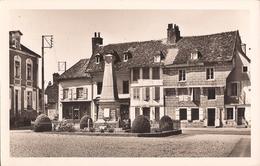 (Aube) Chaource - 10 - Place De L'Eglise Et Le Monument - Chaource