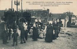 G104 - 29 - PLOUGASTEL-DAOULAS - Finistère - Sortie D'un Baptême - Les Mendiants Et Les Enfants Attendent Le Parrain... - Plougastel-Daoulas