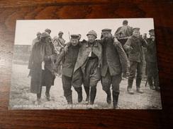 """Post Card De ; (Hun Prisoners Help Wounded Frenchmen)de""""la Section Photographique De L'armée Française"""" - Guerre 1914-18"""