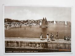 Postcard Riccione Spiaggia Oltre Il Porto Dal Molo Animated People & Sailing Boats My Ref B21005 - Rimini