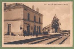 CPA Rare - DEUX-SÈVRES - BRIOUX - LA GARE - Animation, Le Personnel De La Gare Sur Le Quai - Magnant / 10 - Brioux Sur Boutonne