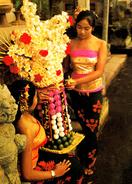 SEXY / PIN-UP : JEUNE FILLE De BALI Avec OFFRANDES Au TEMPLE / BALNESE GIRL OFFERING In TEMPLE - INDONESIA (v-983) - Beauté Féminine D'autrefois (1941-1960)