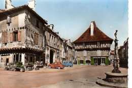 CPSM Dentelée - SAINT-CERE (46) - Aspect De La Place Du Mercadial Dans Les Années 50 / 60 - Auto 4 CV - Saint-Céré