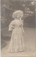 CPA PHOTO Jeune Femme Habillée à La Mode Ancien Régime XVIII ° Siècle Chapeau Robe - Histoire
