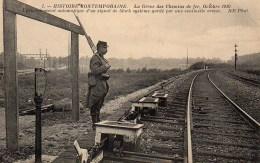 Social  La Grève Des Chemins De Fder Octobre 1910 Enclanchement Automatique D'un Signal Gardé Par Une Sentinelle Armée - Events