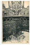 TOUR EIFFEL - Cpa  - La Tour Eiffel, Le Gouffre - Buildings & Architecture