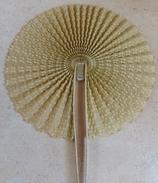 Ancien EVENTAIL Papier Gauffré Et Perlé Style Cocarde - Eventails