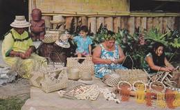 CPSM/pf  PAPEETE (Tahiti)  Fabrication Par Les Indigènes-artisans De Paniers, Couronnes, Colliers De Coquillage. ...F050 - Tahiti