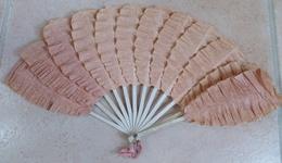 Ancien EVENTAIL Papier Gauffré Style Palmette - Eventails