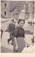 PHOTO ORIGINALE 39 / 45 WW2 WEHRMACHT FRANCE LANDERNEAU PORTRAIT UNE JEUNE FILLE EN COSTUME TRADITIONNELLE SUR LE MARCHE