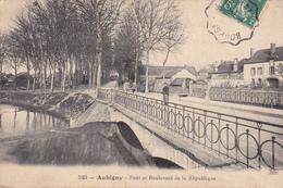 18.AUBIGNY SUR NERE. CPA . VERSION RARE DU PONT ET BOULEVARD DE LA REPUBLIQUE. . ANNÉE 1909 - Aubigny Sur Nere