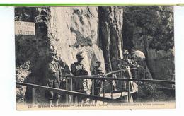 CPA-73-LES ECHELLES-GALERIE CONDUISANT A LA GROTTE INFERIEURE-ANIMEE-PERSONNAGES AU 1er PLAN SUR LA PASSERELLE- - Les Echelles