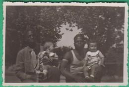 Homme - 2 Hommes Noirs Tenant 2 Enfants Blancs - Personnes Anonymes