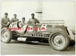 Reproduction D'une Photographie Du Pilote De Course Tazio Nuvolari Dans Sa Voiture De Course Numéro 8 - Repro's