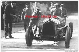 Reproduction D'une Photographie De Tazio Nuvolari Poussant Son Alfa Romeo Au Grand Prix De Monaco De 1933 - Repro's