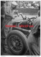 Reproduction D'une Photographie De Tazio Nuvolari Mettant Du Fuel - Repro's