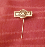 MAN BUSES, ORIGINAL VINTAGE METAL PIN BADGE - Pin's & Anstecknadeln