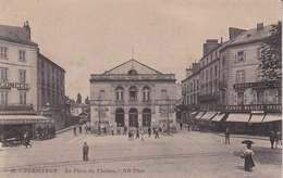 CPA  (24)   PERIGUEUX.  La Place Du Théâtre, Animé, Café De La Comédie, Commerce D'instruments De Musique. ...T659 - Périgueux