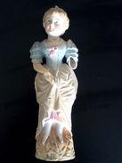 Statue En Porcelaine Biscuit Polychrome Représentant Une Jeune Fille Debout - Porselein & Ceramiek
