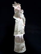 Statue En Porcelaine Biscuit Polychrome Représentant Une Jeune Fille Debout (origine Et Date Inconnue) - Ceramics & Pottery