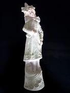 Statue En Porcelaine Biscuit Polychrome Représentant Une Jeune Fille Debout (origine Et Date Inconnue) - Céramiques