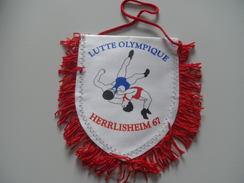 Fanion LUTTE OLYMPIQUE - HERRLISHEIM - BAS RHIN - Habillement, Souvenirs & Autres