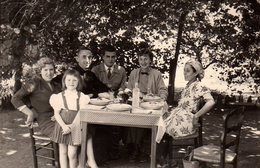Photo Originale Repas Dans Le Jardin à Meknès Au Maroc En 1957 Chez Mme Charbonnet Rue D'Isly - Légende Dos - Personnes Identifiées