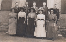 5 Frauen Mit Hüte Und Ihren Männern - Paare