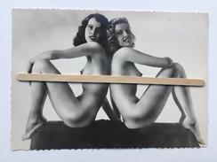 """2 PIN-UPS NUE  DOS À DOS POSITION ÉROTIQUE """"photo Carte Format CP  10 X 14,5 Cm """"noir Et Blanc Brillant """" - Pin-Ups"""