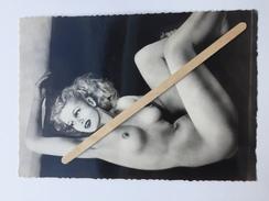 """PIN-UP  NUE  POSITION ÉROTIQUE """"photo Carte Format CP  10 X 14,5 Cm """"noir Et Blanc Brillant """" - Pin-Ups"""