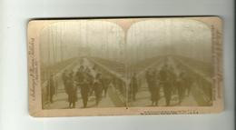 PHOTO STEREOSCOPIQUES  VERS 1900 GROUPE DE PERSONNES + AGENT DE POLICE SUR LE PONT DE BROUKLYN BRIDGE A NEW-YORK U.S.A - Visionneuses Stéréoscopiques