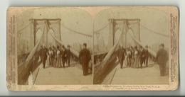 PHOTO STEREOSCOPIQUES  VERS 1900 GROUPE DE PERSONNES  SUR LE PONT DE BROUKLYN BRIDGE A NEW-YORK U.S.A - Visionneuses Stéréoscopiques