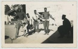 Tirailleurs Sénégalais Faisant Les Pitres. Photo Tirée D'un Album Sur Jonzac (Charente-Maritime), Dont Libération. - Guerre, Militaire