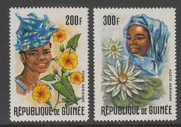 PAIRE NEUVE DE GUINEE - GUINEENNES ET FLEURS DIVERSES N° Y&T PA 67/68 - Costumes