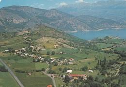 CPM  De  LA  BREOLE  (04)  -  Vue  Générale  Et  Le  Lac  De  Serre  Ponçon   //  TBE (léger Manque Angle Ht G) - France
