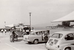 Photo Originale Fiat 650 Et Ford Anglia & Petites Voitures 60's Autour Du Port - Bateau Et Charrette à Main - Automobiles