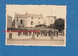 Photo Ancienne D'un Soldat Allemand - MISSILLAC ( Loire Atlantique ) - Concert Miliaire Devant Un Café - WW2 Occupation - Guerre, Militaire