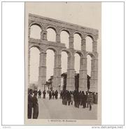 SGVTPA1608-LFTM1746TBAN.Tarjeta Postal DE SEGOVIA.Edificios.Personas Paseando Y Admirando EL ACUEDUCTO ROMANO De Segovia - Antigüedad