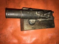 TRES ANCIEN CANON D'ALARME OU PIEGE A FEU EN FONTE SUR SON SOCLE EN BOIS. MODELE ET CALIBRE RARES - Sammlerwaffen